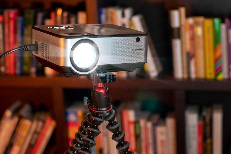 Proiector LED Kruger&Matz cu montaj pe trepied